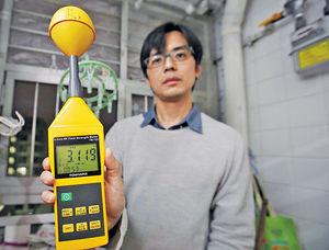 廖先生購入的測試儀器驗到單位內含逾3,000微瓦高頻電磁波,按德國建築生物學院(IBN)2008年指引,屬極度關注級。但通訊局採用ICNIRP標準,美加澳星日韓等地都使用。(陳靜儀攝)