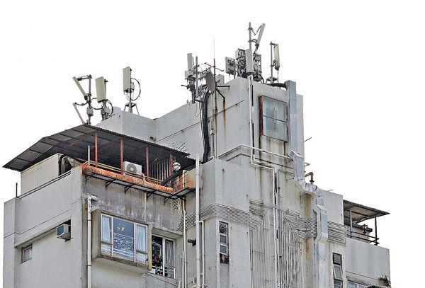 港基大廈天台,估計在500呎面積內有約逾10支發射站面向不同方向。(張永康攝)