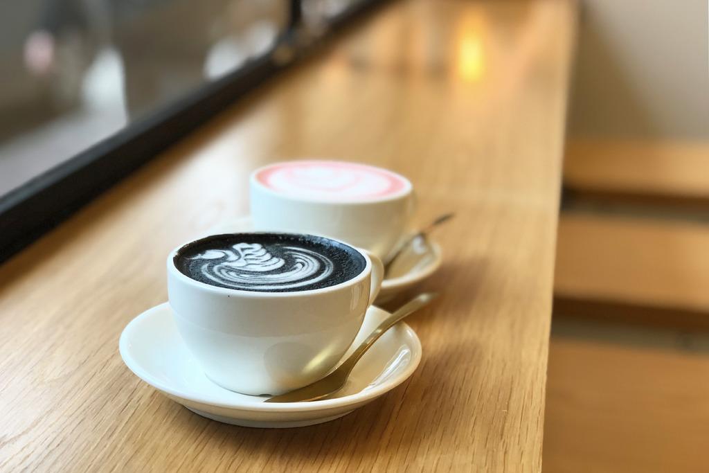 旺角新開簡約咖啡店 竹炭咖啡/紅絲絨拿鐵/黑松露薯條