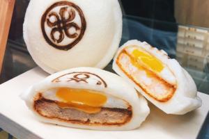 台灣早餐除了食蛋餅外還可以試試這款豬扒三明治,配上流心蛋簡直是完美組合!