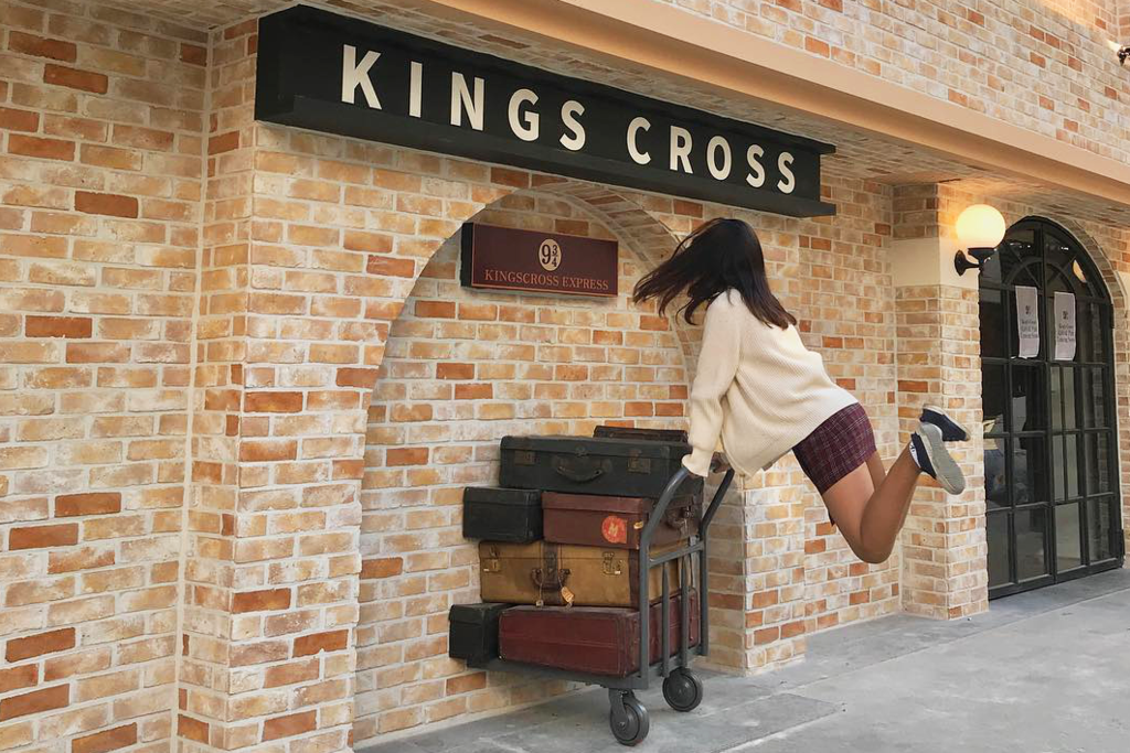 韓國首爾有哈利波特Cafe新開張,咖啡店有國王十字車站KING'S CROSS的9¾九又四分三月台、霍格華茲、魔杖店等經典魔法世界電影場景,Harry Potter迷可以去打卡~
