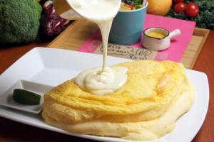 日本東京蛋包飯專門店オムライスキッチン AWAAWA出品的天使梳乎厘蛋包飯和雪白半熟蛋包飯好愛歡迎,大家到東京搵食時可以一試!
