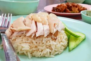 講到泰國曼谷美食,一定少不了水門市場的紅大哥水門雞飯,店舖出品的海南雞飯油香嫩滑,好味!