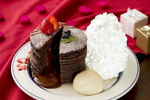 日本Eggs 'n Things新推出期間限定的朱古力流心班戟,Pancake迷可以試試~