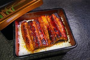 佐敦拉麵店「金鶴拉麵」主打雞白湯拉麵,最近更推出了足料蒲燒鰻魚飯,愛食日本菜的朋友可以大飽口福。